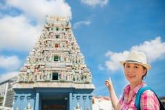 愉快的亚洲妇女旅行在新加坡, Sri Mariamman寺庙 库存图片