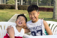 愉快的亚洲孩子享受暑假 库存图片
