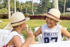 愉快的亚洲孩子享受暑假 库存照片
