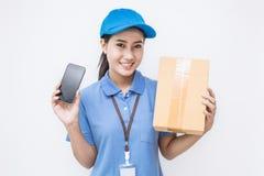 愉快的交付亚裔妇女画象她的拿着纸板箱的手 免版税库存照片