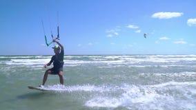 愉快的人参与kitesurfing并且显示手指 股票录像