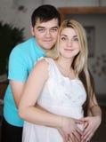 愉快的人和他怀孕的妻子 妻子和丈夫 父母身分和期望婴孩 免版税库存图片