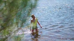 愉快的人在山河游泳 喷水,热的夏日 股票录像