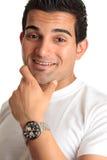 愉快的人微笑的手表佩带 免版税图库摄影