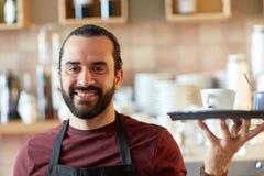 愉快的人或侍者用咖啡和糖在酒吧 库存照片