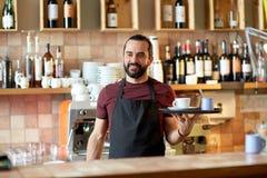 愉快的人或侍者用咖啡和糖在酒吧 免版税库存照片