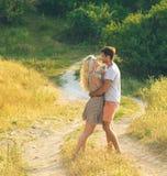 愉快的人户外美好的风景和夫妇在爱机智 免版税库存图片