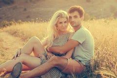 愉快的人户外美好的风景和夫妇在爱机智 免版税图库摄影