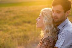 愉快的人户外美好的风景和夫妇在爱机智 图库摄影