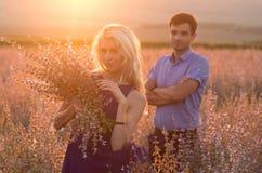 愉快的人户外美好的风景和夫妇在爱机智 免版税库存照片