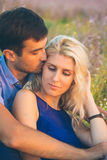 愉快的人户外美好的风景和夫妇在爱机智 库存图片