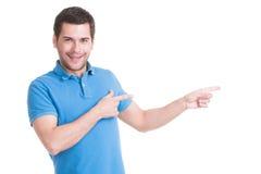 年轻愉快的人显示一个手指。 免版税库存图片