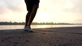 愉快的人步行,舞蹈,在河岸转过来在日落在Slo Mo 股票视频