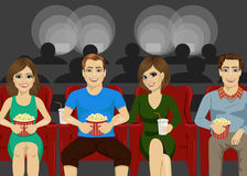 年轻愉快的人民微笑的观看的电影一起在地方电影院 周末传统 库存例证