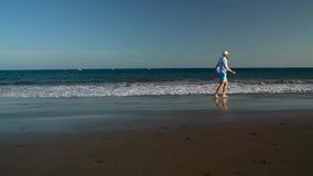 愉快的人沿海洋海滩跑在日落 无忧无虑的现代生活的概念 特内里费岛, Canarian海岛 慢的行动 股票录像