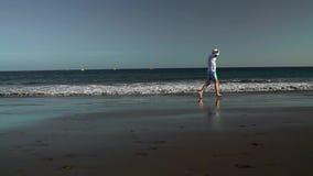 愉快的人沿海洋海滩跑在日落 无忧无虑的现代生活的概念 特内里费岛, Canarian海岛 股票视频