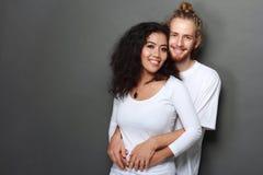 愉快的人种间年轻夫妇 免版税库存照片