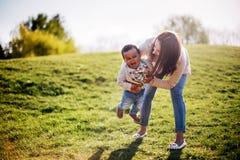 愉快的人种间家庭 免版税库存图片