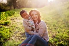 愉快的人种间家庭 免版税图库摄影