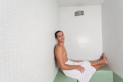 愉快的人被放置在蒸汽浴里面 免版税库存照片