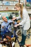 愉快的人询问顾问关于轮椅 库存图片