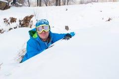 愉快的人,休息在滑雪胜地的挡雪板 免版税库存照片