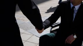 愉快的企业家上司与室外无效的商人握手 股票录像