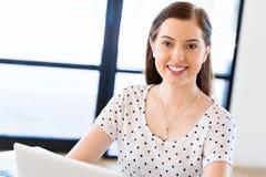 愉快的企业家或自由职业者在办公室或家 库存图片