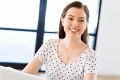 愉快的企业家或自由职业者在办公室或家 库存照片