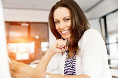 愉快的企业家或自由职业者在办公室或家 图库摄影
