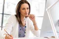 愉快的企业家或自由职业者在办公室或家 免版税库存照片