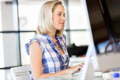 愉快的企业家或自由职业者在办公室或家 免版税图库摄影