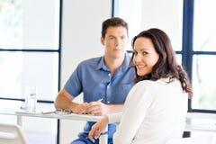 愉快的企业家或自由职业者在办公室或家 免版税库存图片
