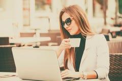 愉快的企业家饮用的咖啡 免版税库存图片