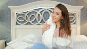 愉快的休闲无忧无虑的轻松的女孩卧室调情的人 股票视频