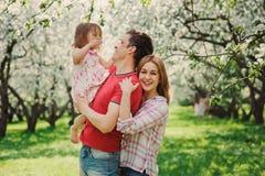 愉快的使用与步行的小孩女儿的母亲和父亲 库存图片