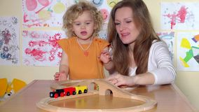 愉快的使用与玩具的孩子和母亲训练 股票视频