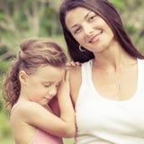 愉快的使用在公园的母亲和女儿在天时间 库存照片