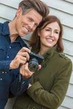 愉快的使用照相机的中世纪男人和妇女夫妇 库存照片