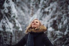 愉快的使用的雪妇女年轻人 免版税图库摄影