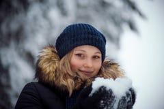 愉快的使用的雪妇女年轻人 免版税库存图片