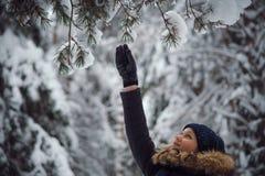 愉快的使用的雪妇女年轻人 库存照片