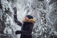 愉快的使用的雪妇女年轻人 库存图片