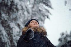 愉快的使用的雪妇女年轻人 免版税库存照片