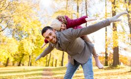 愉快的使用秋天的父亲和女儿停放 图库摄影
