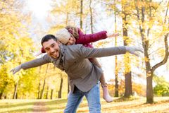 愉快的使用秋天的父亲和女儿停放 库存照片