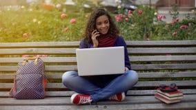 愉快的俏丽的女孩谈话在手机,安排与朋友的会议 库存照片