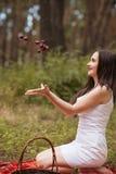 愉快的俏丽的妇女果子野餐自然概念 免版税库存图片