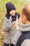 愉快的做上流五的父亲和儿子在公园 免版税图库摄影