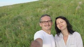 愉快的做selfie的男人和妇女 股票视频